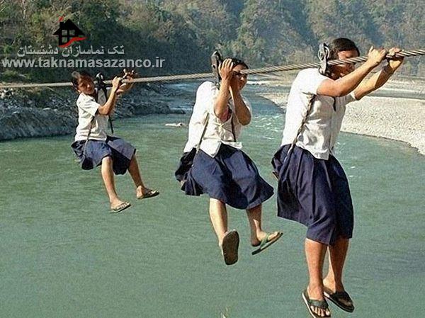 عبور بچه ها از رودخانه با پل طناب برای رفتن به مدرسه بدون هیچ امنیتی در نپال