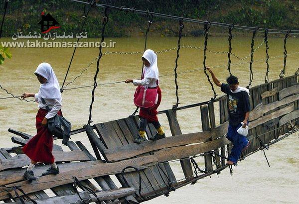 عبور بچه ها از یک پل آسیب دیده خطرناک برای رفتن به مدرسه در اندونزی