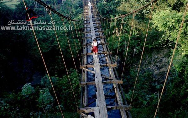 عبور بچه ها از پل باریک برای رفتن به مدرسه در اندونزی
